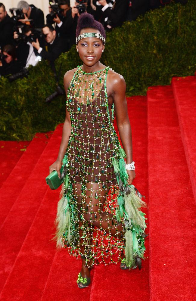 Lupita Nyong'o öltözéke is mellécsúszott kicsit, ugyanis a színésznő szettje egy dzsungelharcoséra hajaz.