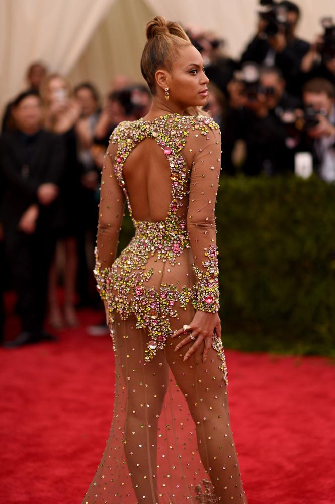 Bár valószínűleg nem sokan viseltek cipőfűzőt az eseményen, de ha esetleg valaki mégis lehajolt volna bekötni a sajátját, az énekesnő mögött érdekes dolgokat láthatott volna, ha felnéz.