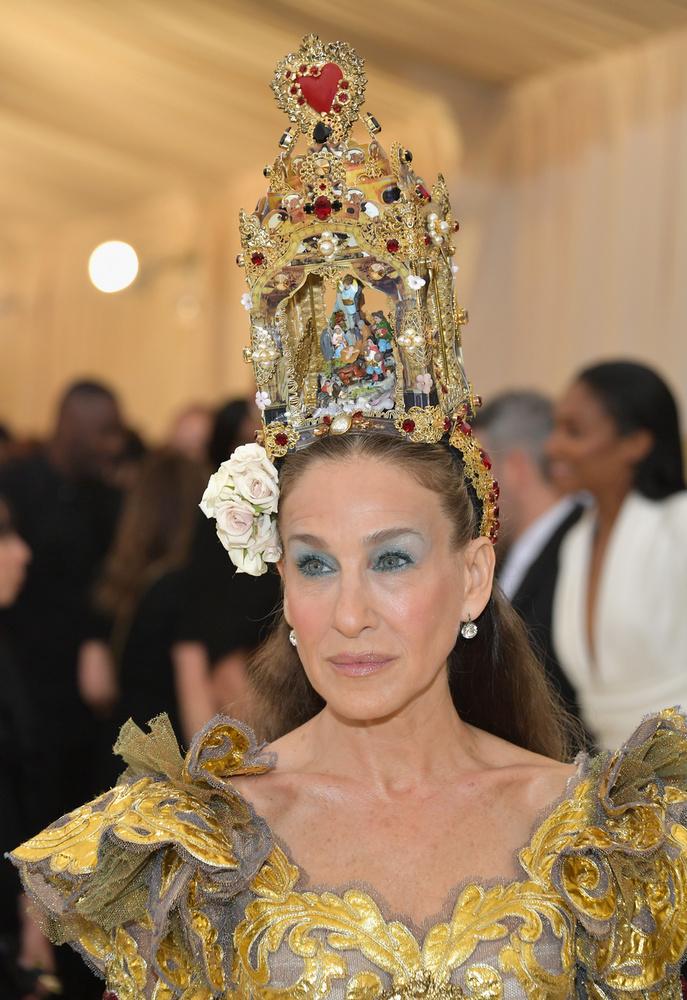 Egy egész szentképet készíttetett a fejére, bár dísznek nem neveznénk ezt az alkotást.