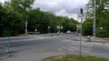 Valaki önkényesen megszüntette a lezárást a Budakeszi út frissen aszfaltozott szakaszán