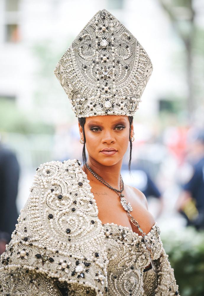 Három évvel később, 2018-ben a katolicizmus volt a téma, ezért Rihanna be is öltözött egy női püspöknek