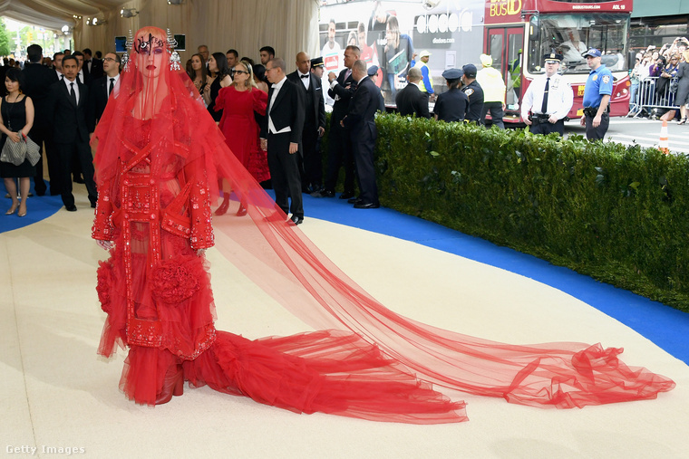Három évvel ezelőtt  Rei Kawakubo designer és a Comme des Garçons márka előtt tisztelegtek az eseményen, aol Katy Perry szinte felismerhetetlen volt