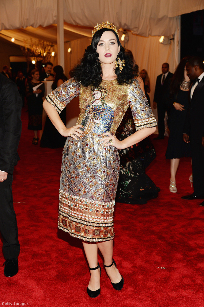 Punk: káosztól a couture-ig (kézzel készített designer darab) volt a témája a 2013-as MET-gálának, amit Katy Perry egy Dolce &Gabbana ruhával oldott meg, amin egy középkori ikon látható