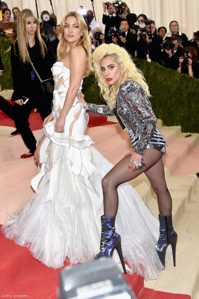 Lady Gagát leginkább óriási tűsarkainak köszönhetően lehetne légiesnek nevezni, az ő ruhája inkább egyfajta futurisztikus irányból kívánta megközelíteni a témát
