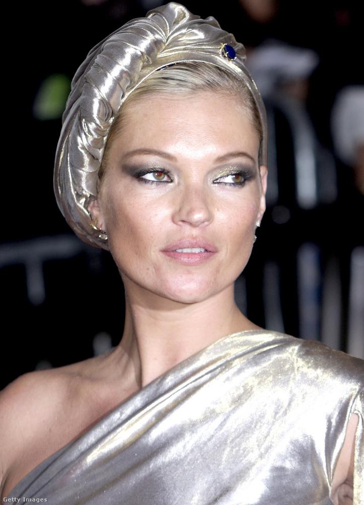 Ha nem tévednek a szaklapok, az első turbánt a MET-gálán Kate Mossnak köszönhetjük, aki 2009-ben ezüstös csillogású ruhájához egy színben ahhoz passzoló fejkendőbe tekerte a haját