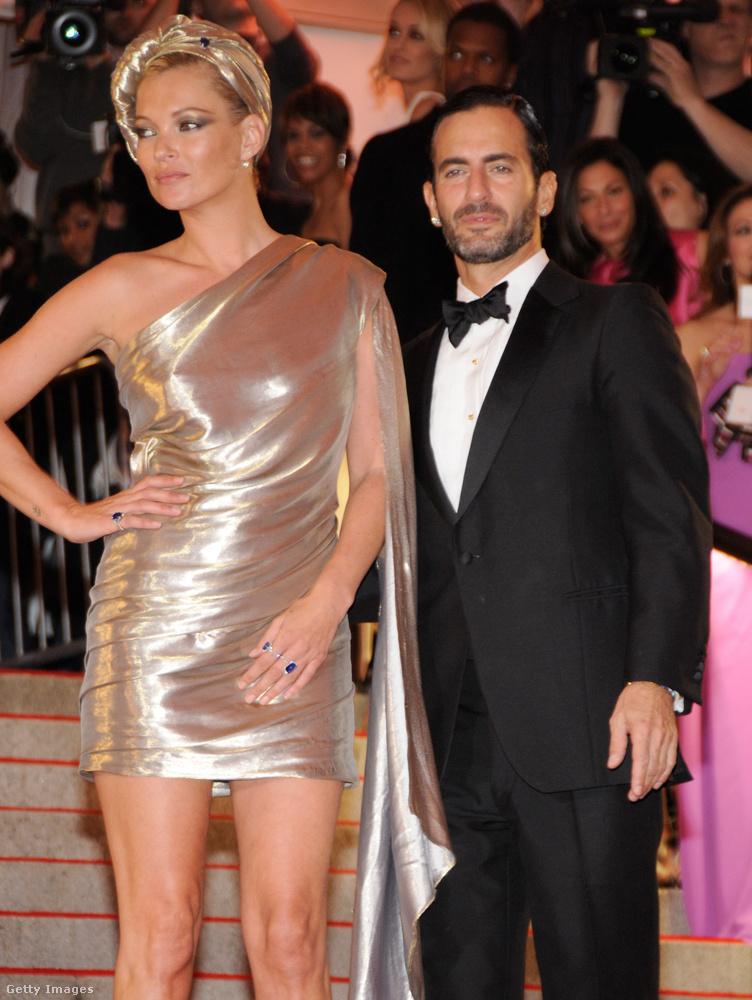 A modell oldalán egyébként Marc Jacobst láthatja, ő készítette ezt a csodás, aranyló outfitet