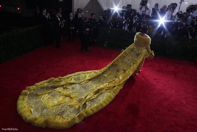 A prémmel szegélyezett, hatalmas uszályú ruhát kínai nők készítették, két éven át, Rihanna pedig online bukkant rá