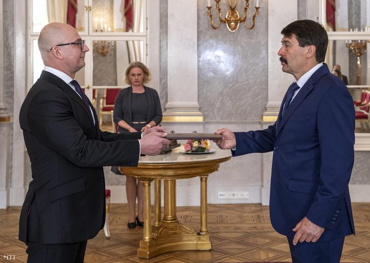 Rigó Csaba Balázs a GVH elnöke átveszi kinevezési okmányát Áder János köztársasági elnöktől a Sándor-palotában 2020. április 6-án.