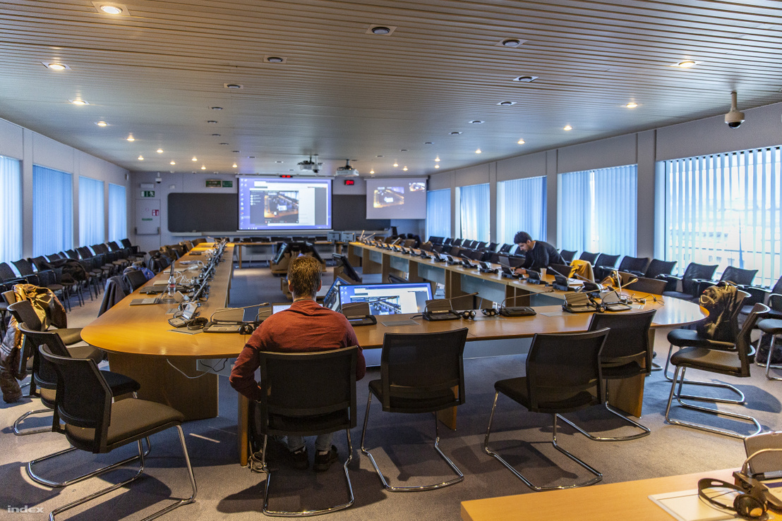 Távkonferencia a CERN egyik nagy tárgyalótermében