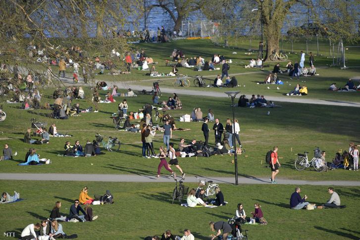 Emberek egy stockholmi parkban 2020. április 22-én.