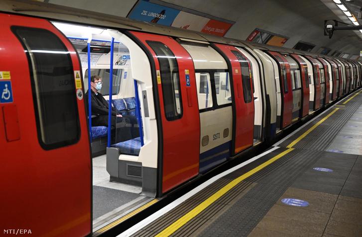 Egy utas a londoni metró egyik szerelvényén 2020. április 14-én.