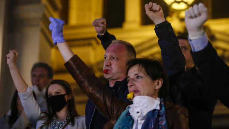 Szerbiában az ellenzék az intézkedések ellen tüntetett a parlamentnél
