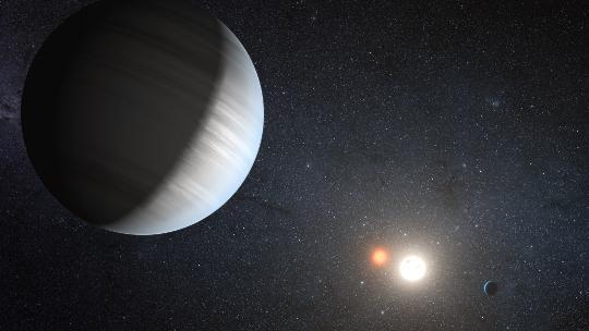 Fantáziarajz a Kepler-47 rendszeréről. A csillagpár az első olyan fedési kettős, melyben két bolygó kering cirkumbináris pályán.