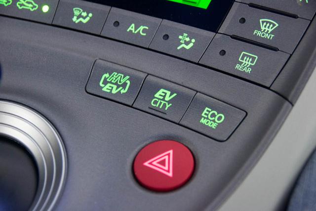 ECO-módot mindkét üzemhez (villany és kevert) lehet kapcsolni. Lényegében agyonveri az autót egy szeneslapáttal