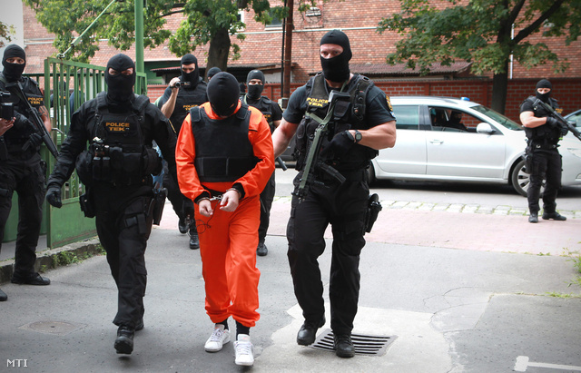 2012. július 14.A Terrorelhárítási Központ (TEK) nyomozói vezetőszáron kísérik Portik Tamást a Nemzeti Nyomozó Irodába