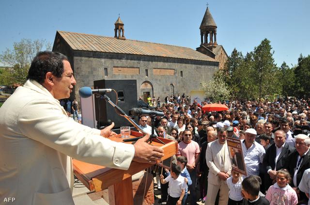 Gagik Carukian, a Prosperáló Örményország párt vezetője vidéki kampánykörúton.