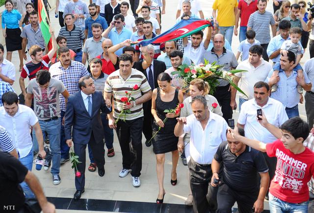 Az azeri baltás gyilkosként elhíresült Ramil Safarov (k) koszorúzási ünnepségen vesz részt a Hajdar Alijev emlékmű előtt Bakuban 2012. augusztus 31-én miután hazaszállították Magyarországról.