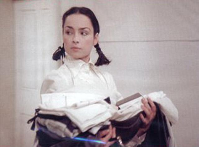 Szerencsi Éva iskoláslányként Abigél szerepében