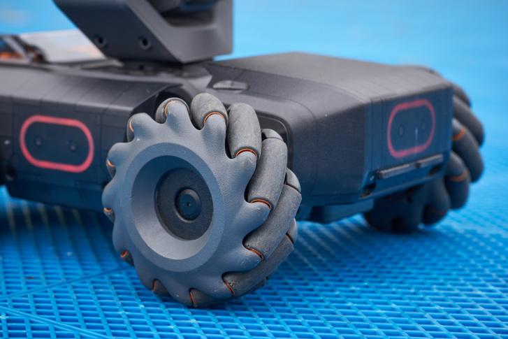 A kerekek nem kormányozhatók, viszont egymástól függetlenül tudnak előre-hátra forogni, akár különböző sebességgel, így helyben fordul, és bármilyen szögben kanyarodik a drón