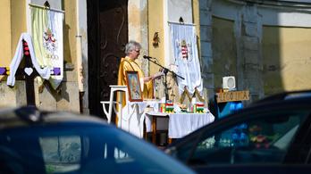 Maradnak az online misék, a megyéspüspökök maguk dönthetnek vidéken