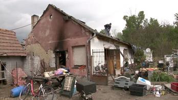 Teljesen leégett egy ház teteje Monoron