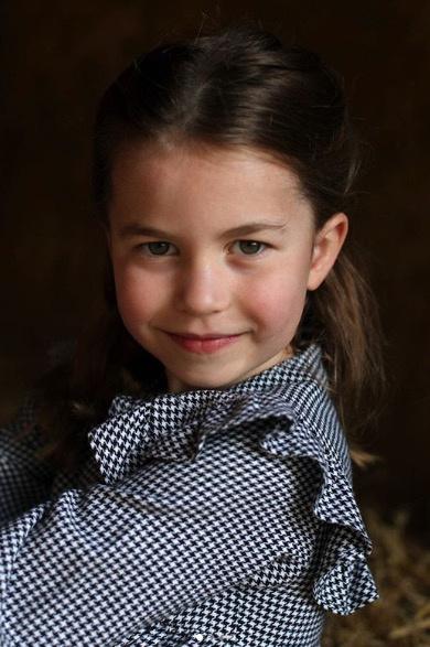 Katalin hercegné gyönyörű képet készített kislányáról. Charlotte már kész kis hölgy.