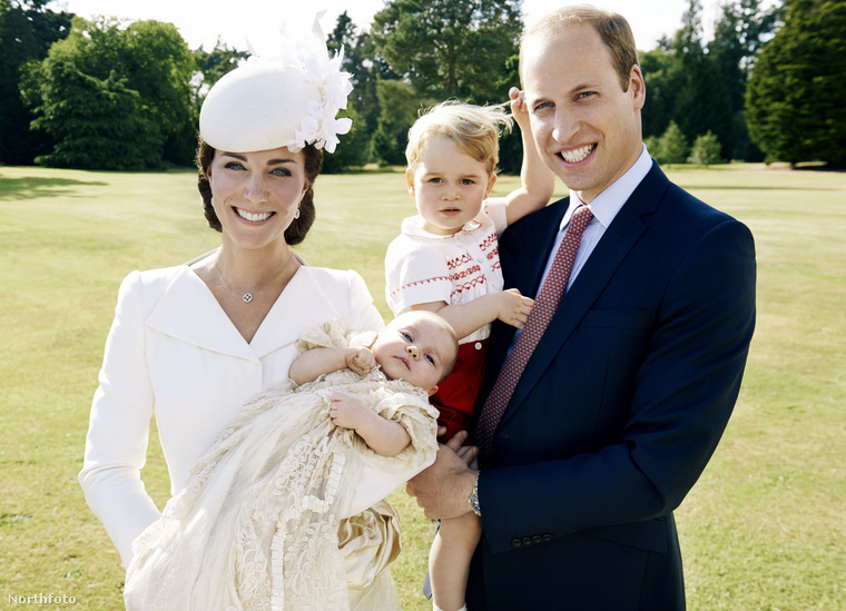 A keresztelőjét júliusban tartották, hát talán nem túlzás azt állítani, hogy ezen a bájos családi képen azért még semmi olyan nem látszik a hercegnőből, ami alkalmas lenne jóslatok megfogalmazására