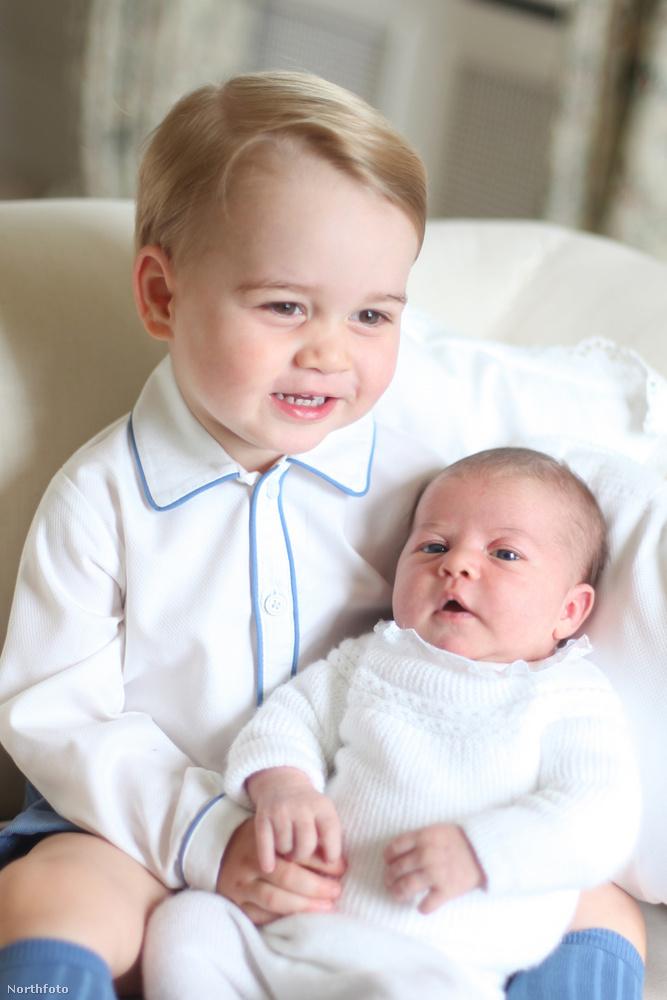 A születése után ekkor láthatta a nyilvánosság először: György, a bátyja tartja