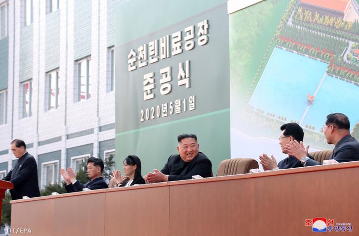 A KCNA észak-koreai állami hírügynökség által közreadott képen Kim Dzsongun a műtrágyagyár megnyitóján