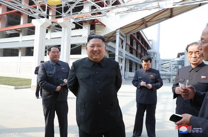 A KCNA észak-koreai állami hírügynökség által közreadott képen Kim Dzsongun elsőszámú észak-koreai vezető a Koreai Munkapárt első titkára a Nemzetvédelmi Bizottság első elnöke egy műtrágyagyár megnyitásán vesz részt a Phenjan közelében fekvő Szucshonban 2020. május 1-jén.