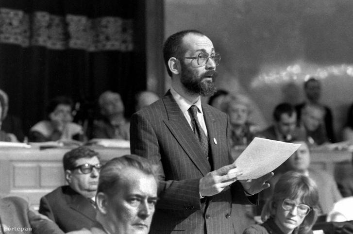 Parlament, az Országgyűlés ülése 1990-ben, a felszólaló Tamás Gáspár Miklós.