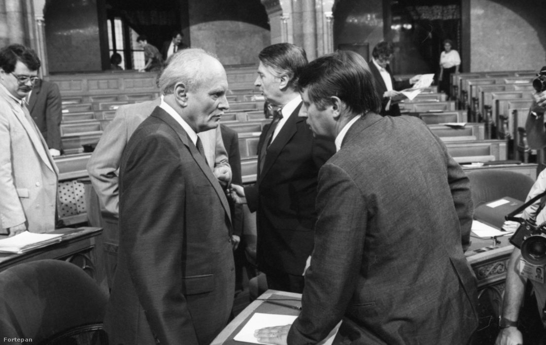 Göncz Árpád köztársasági elnök és Németh Miklós korábbi miniszterelnök és Antall József miniszterelnök.