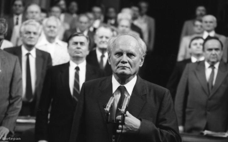 Göncz Árpád köztársasági elnök, mögötte Antall József miniszterelnök, Bejczy Sándor és Vörös Vince, jobbra Torgyán József.