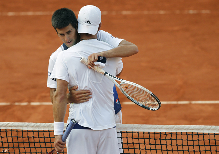 Novak Djokovic öleli meg Jurgen Melzert 2010-ben, a Roland Garros stadionban