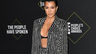 Kourtney Kardashian 10 éves fia egy köteg százdollárossal menőzik a TikTokon