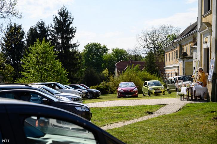 Mihályi Miklós plébános misét tart az autójukban ülő híveknek, az előszállási Kisboldogasszony-templom előtt, 2020. április 26-án. A plébános húsvétvasárnap óta tart autós miséket. Az egészségügyi elõírások betartása céljából az autók öt perccel a szentmise elõtt gördülhetnek a templom elé szemben a templomajtó elé költöztetett oltárral. Az autók ablakait csak egy oldalon lehet lehúzni az áldozást pedig lélekben végzik. Az átváltoztatásnál és úrfelmutatásnál a megszokott csengők helyett az autókürtök szólnak. A szentmise végén a plébános minden autót külön-külön megáld, ez egyben az elbocsátás is.