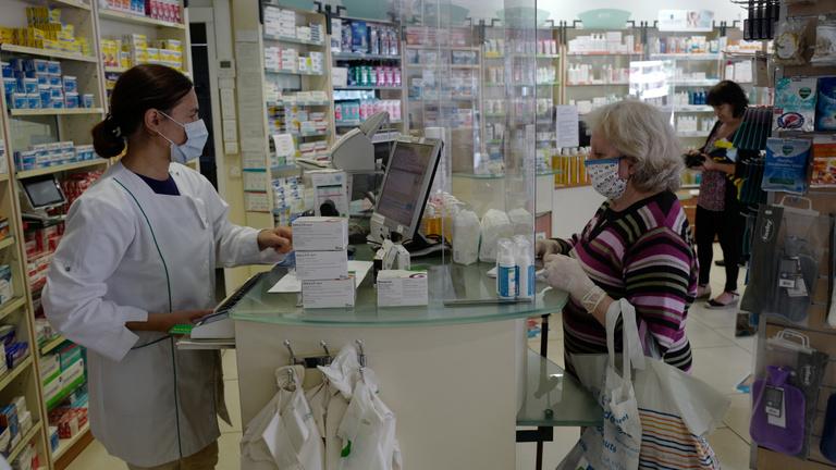 Franciaországban 200 alá csökkent a koronavírus napi áldozatainak száma