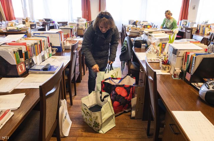 Pedagógusok összepakolják az otthonról történő tanításhoz szükséges dolgokat a Zrínyi Ilona Gimnázium tantestületi szobájában Nyíregyházán 2020. március 16-án.