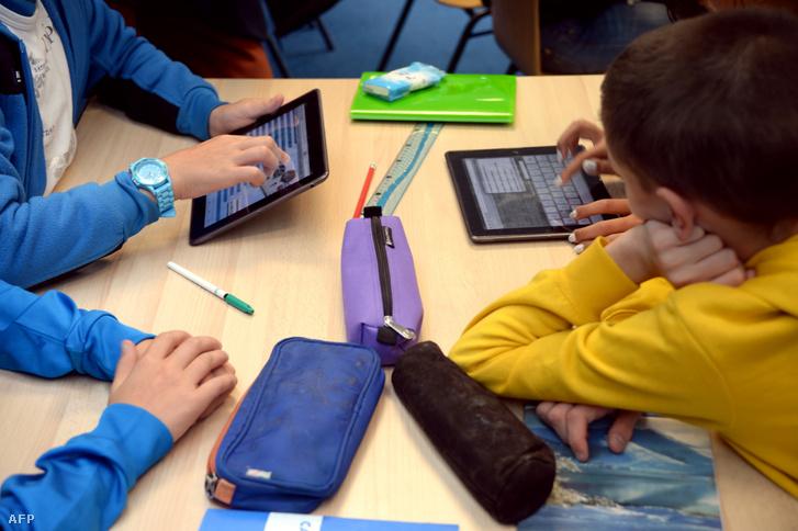 Sokan úgy vélik, hogy a fiatalok ozmózissal magukba szippantják a technológiai tudást