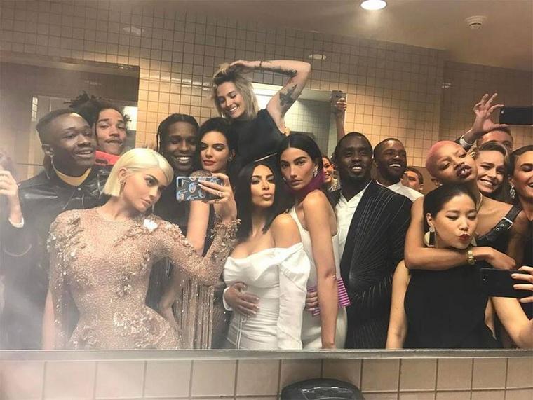 Ugyan a 2020-os Met Gálát a koronavírus miatt el lett halasztani, d ez nem gátol bennünket abba, hogy felidézzük a gála legérdekesebb adatait. Mennyibe kerül a belépő, hány ember fér el a rendezvényen, mennyi ideig tarthat egy celeb szépítkezése, hogy igazán extravagáns legyen a vörös szőnyegen?Íme az első számadat:3,45 millió like-ot kapott Kylie Jenner híres tükörszelfije, amit a 2017-es MET-gála éjszakáján készített a mosdóban: rajta kívül még Kendall Jenner, Kim Kardashian, Lily Aldridge, A$AP Rocky, Puff Daddy, Brie Larson és Paris Jackson is szerepelt.A A MET-gálán 2015-től tilos volt szelfizni, illetve a rendezvény ideje alatt a vendégeknek fotókat közzétenni a közösségi oldalakon, ezt azóta többen is megszegték.