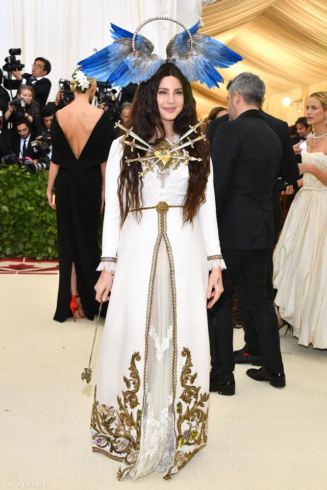 275 ezer dollár egy asztal.Közle 9 millió forint egy asztal ár a rendezvényen, sok tervező pedig kifizeti ezt a költséget, hogy a hírességek az ő ruháikban menjenek el a gálára és csapjanak egy kis reklámot.