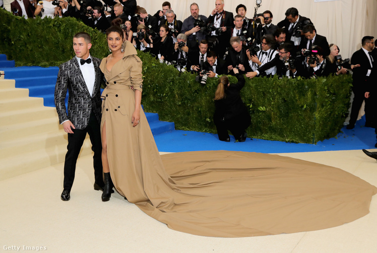20 láb hosszú ruha.Az eddigi a gálán bemutatott ruhák közül messze Ez Priyanka Chopra hírhedt Ralph Lauren szettje volt a leghosszabb, ugyanis a 2017-es gálán bemutatott ruha közel 6 méter hosszú uszállyal rendelkezett.