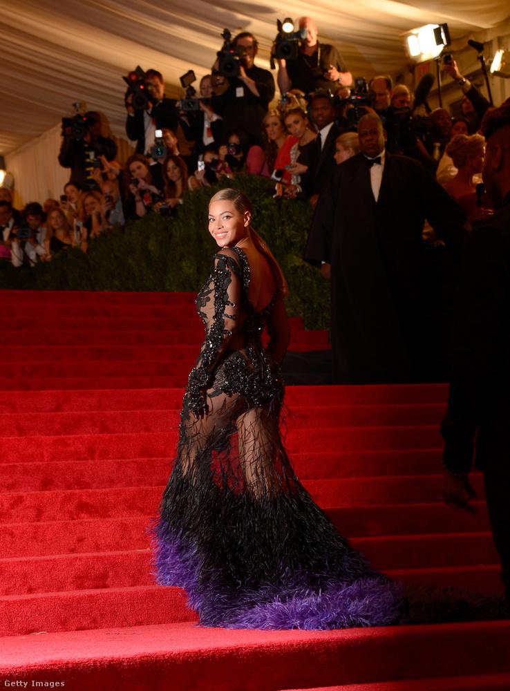 """Alig 24 óra alatt.2012-ben Beyoncé egy nappal a gála előtt döntötte el, hogy részt akar venni, így csapatának alig 24 óra alatt kellett mindent összeszednie.Az énekesnő elképesztően festett Prada ruhájában, és ezzel tulajdonképpen egy """"készülődési"""" rekordot állított fel az amerikai celebek körében."""