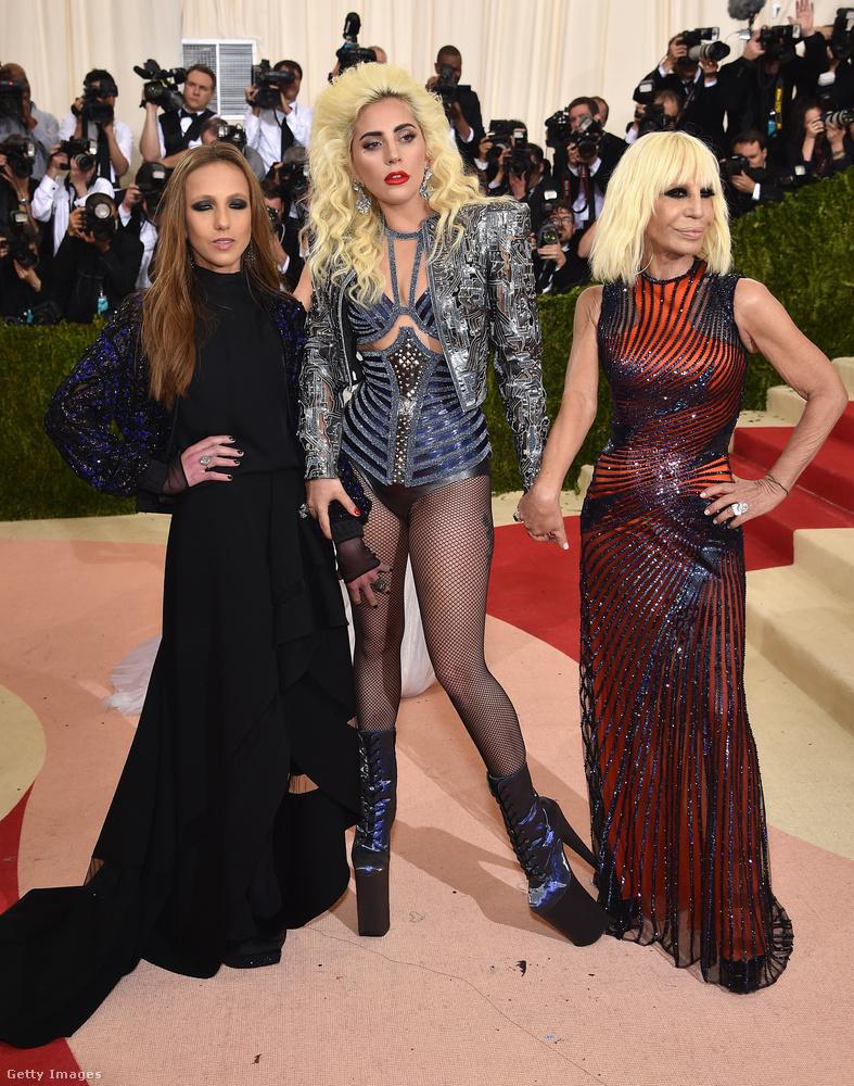 Lady Gaga mellett vörösben Donatella Versace látható, az ő divatházából származik természetesen ez a szerelés