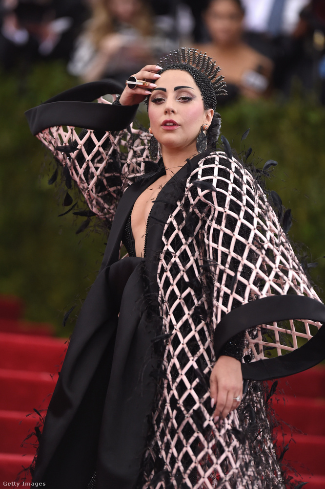 Ezek után érdekes módon csak 2015-ben volt, hogy Lady Gaga először vonulhatott vendégként a New York-i divatintézet gáláján, nézzük, mit viselt ekkor!