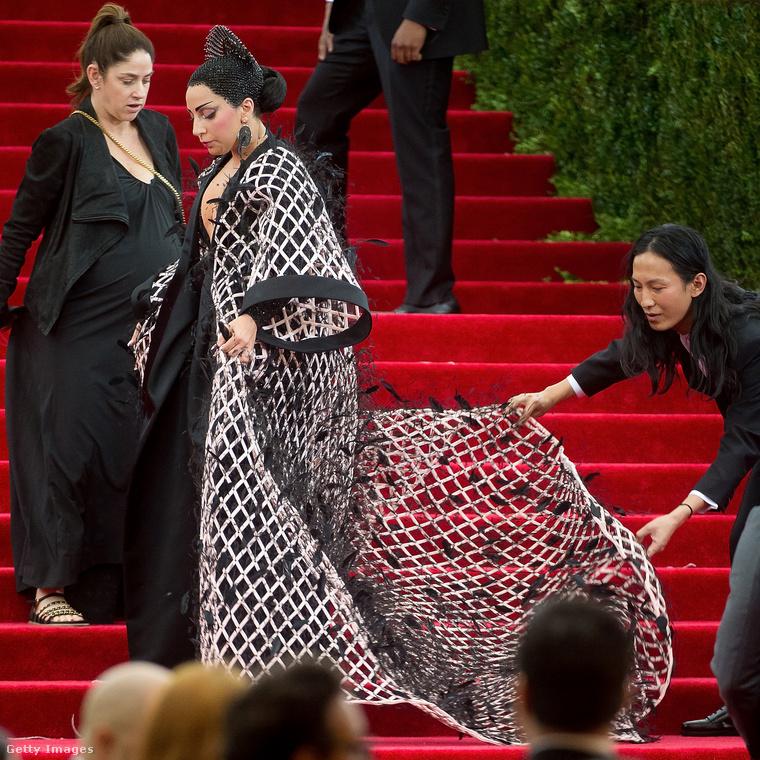 Wang itt maga igazgatja Lady Gaga dresszét, de lépjünk is tovább a következő évhez.