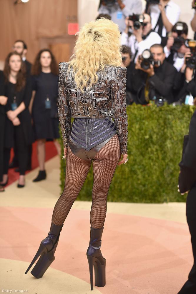Lady Gaga megmutatta a saját fenekét ezzel az öltözékkel...
