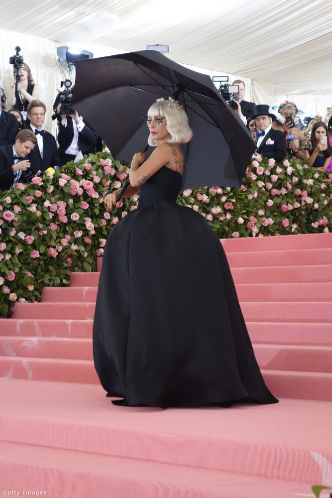 Egy fekete estélyi, amit Lady Gaga egy fekete ernyővel egészített ki