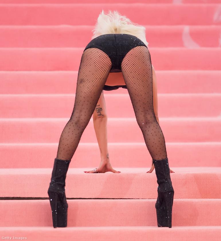 Hát így értelmezte Lady Gaga az angolul campnek nevezett stílust