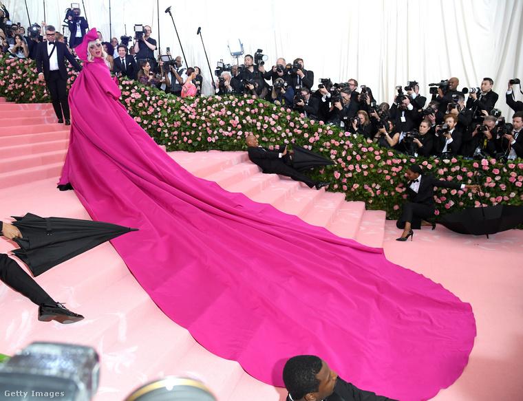 Ez pedig már 2019, és előre szólunk, hogy Lady Gaga tavalyi Met-gálás szerepléséről nem lehet egy-két fotóban megemlékezni, az énekesnő ugyanis egyetlen bevonulás alatt négy öltözéket mutatott be.